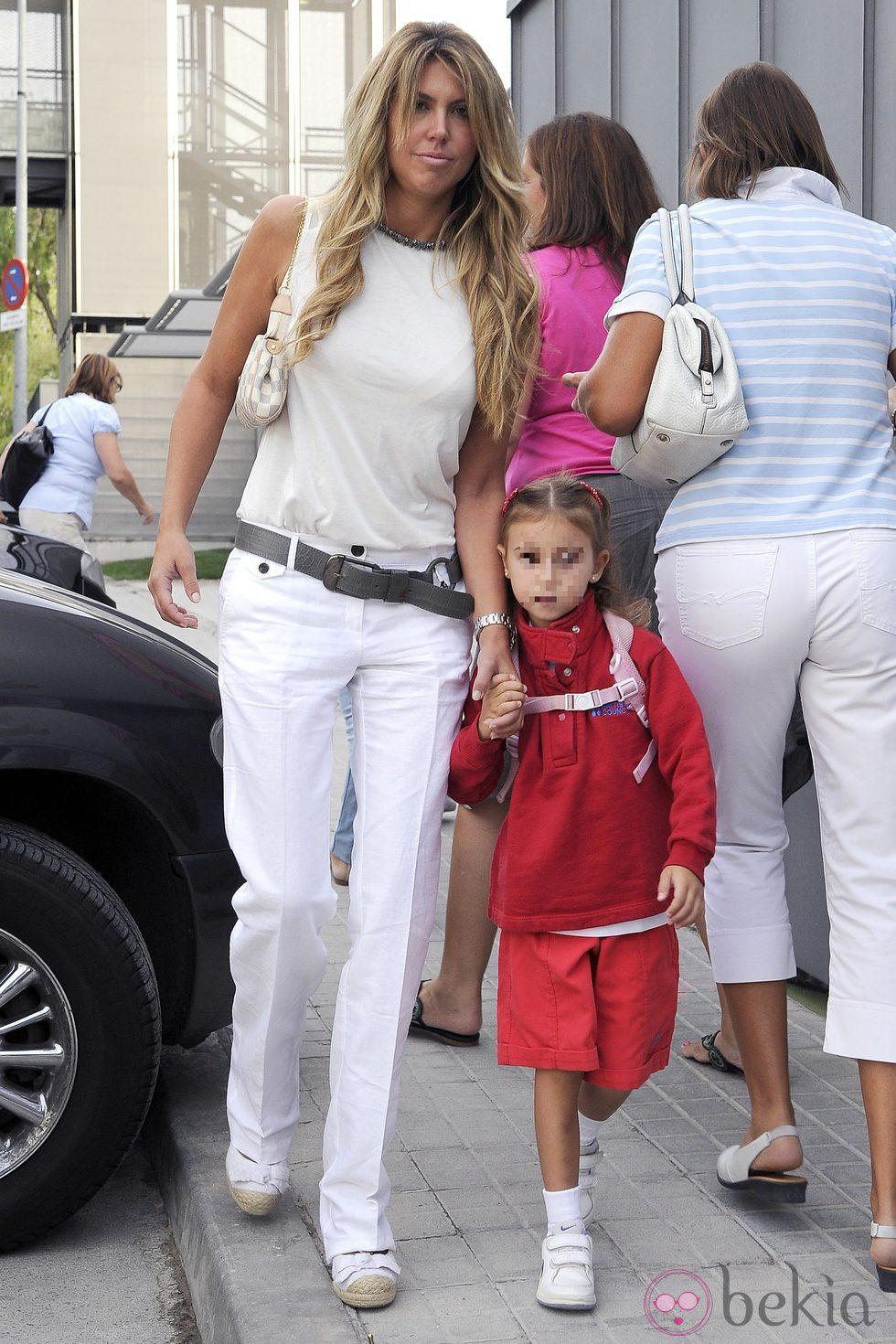 Patricia Olmedilla lleva a su hija al colegio