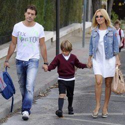 Omar Ayyashi y Cayetana Guillén Cuervo llevan a su hijo al colegio