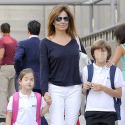 Nuria González lleva a sus hijos al colegio