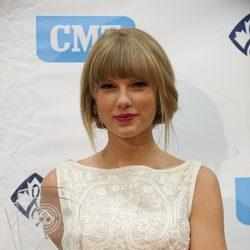Taylor Swift recibe el premio por su éxito en la industria country canadiense