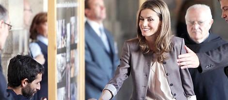La Princesa Letizia saluda a unas personas durante su visita al Escorial