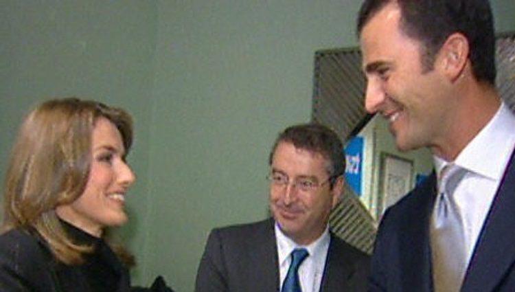 El Príncipe Felipe saluda a Letizia Ortiz en los Premios Príncipe de Asturias 2003