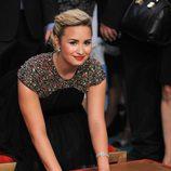 Demi Lovato plasma sus huellas en el Teatro Chino Grauman