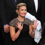 Demi Lovato muestra sus manos tras dejar sus huellas en el Teatro Chino Grauman