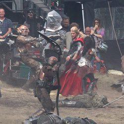 Chris Hemsworth en una escena de acción durante el rodaje de 'Thor: The Dark World'