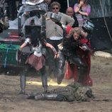 Chris Hemsworth con un mazo en el rodaje de 'Thor: The Dark World'