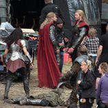 Chris Hemsworth charlando en un descanso del rodaje de 'Thor: The Dark World'