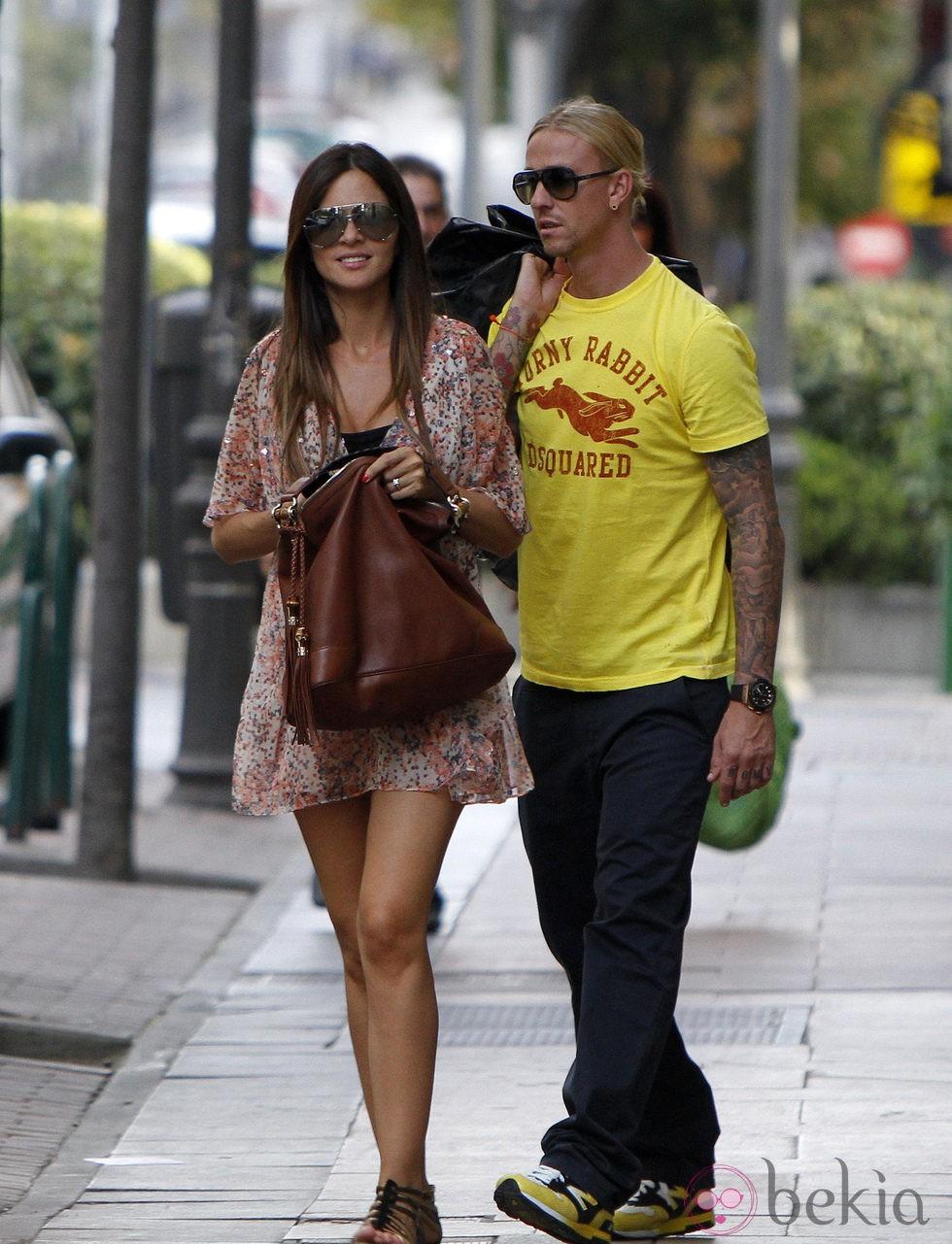 Romina Belluscio pasea su embarazo junto a Guti por Madrid