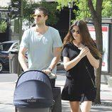 Olivia Molina y Sergio Mur pasean a su hija Vera por Madrid