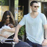 Sergio Mur y Olivia Molina con su hija en brazos paseando por Madrid