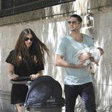 Olivia Molina y Sergio Mur con su hija en brazos paseando por Madrid