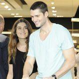 Olivia Molina y Sergio Mur muy sonrientes con su hija por Madrid