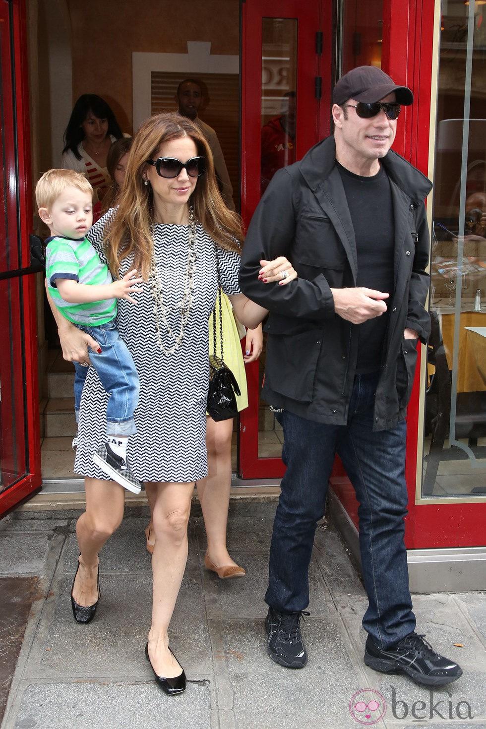 John Travolta y Kelly Preston con su hijo en París