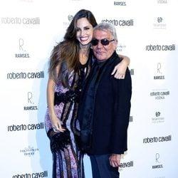 Ariadne Artiles y Roberto Cavalli en la apertura de una tienda del diseñador en Madrid