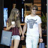 Clara Alonso y David Feito pasean cogidos de la mano