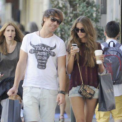 Clara Alonso y David Feito paseando por Madrid