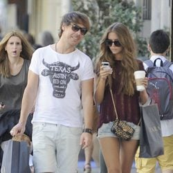 Clara Alonso y David Feito paseando por Madrid