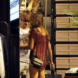 Clara Alonso y David Feito comprando en una tienda