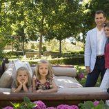 Los Príncipes de Asturias posan con sus hijas en el jardín de casa