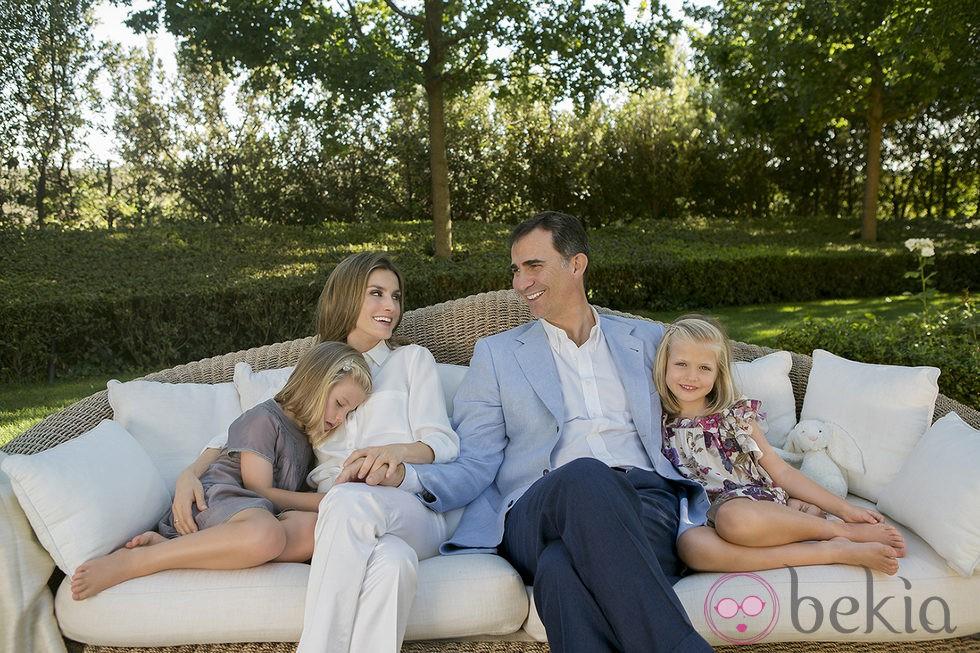 Los Príncipes Felipe y Letizia con Leonor y Sofía en el sofá del jardín