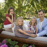 Los Príncipes de Asturias, Leonor y Sofía posan sonrientes en el jardín de casa