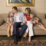Letizia Ortiz, Felipe de Borbón y sus hijas Sofía y Leonor posan en casa