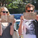 Emma Stone y Andrew Garfield sorprenden a los paparazzi con carteles solidario
