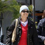 Concha García Campoy paseando mientras se recupera de la leucemia que padece
