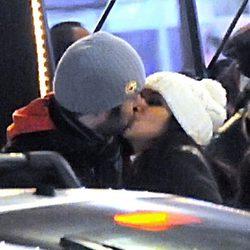 Cristina Pedroche y Dani Martínez besándose durante una escapada a París