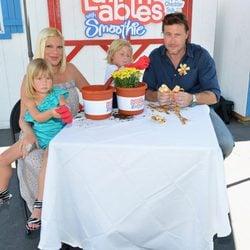 Tori Spelling y Dean McDermott con sus hijos Liam y Stella