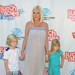 Tori Spelling con sus dos hijos Liam y Stella