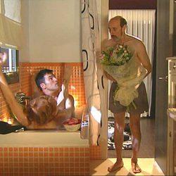 Cameo de Luis Larrodera en 'La que se avecina' en la bañera con Cristina Castaño