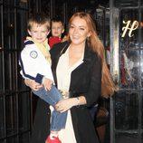Lindsay Lohan con un niño en brazos