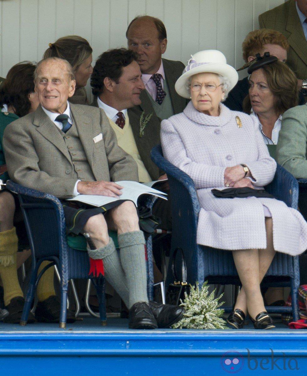 El Duque de Edimburgo con falda escocesa y la Reina Isabel II