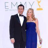 Jon Hamm y Jennifer Westfeldt en la alfombra roja de los Emmy 2012