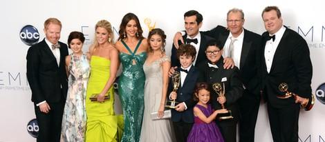 El reparto de 'Modern Family' posando con sus Premios Emmy 2012