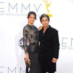 Kunal Nayyar y Neha Kapur en los Premios Emmy 2012
