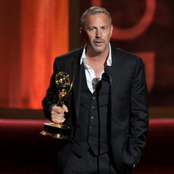 Kevin Costner recoge su Emmy 2012 como Mejor Actor por Hatfields & McCoys