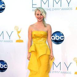 Kaley Cuoco en la alfombra roja de los Emmy 2012