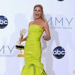 Julie Bowen sonríe con su Emmy 2012