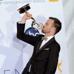Aaron Paul besa su Emmy por 'Breaking Bad'