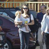 Natalie Portman con su hijo Aleph Millepied por California