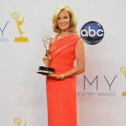 Jessica Lange posa con su Emmy por 'American Horror Story'