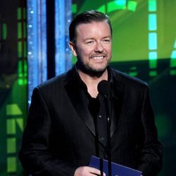 Ricky Gervais sonríe en los Emmy 2012