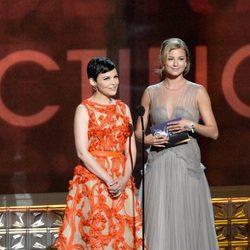 Emily VanCamp y Ginnifer Goodwin presentan un premio en los Emmy 2012