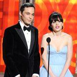 Jim Parsons junto con Zooey Deschanel en los Emmy 2012