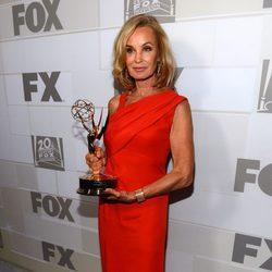 Jessica Lange posando con su Emmy 2012 en la fiesta celebrada por la Fox