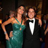 Sofia Vergara con su hijo Manolo en la fiesta de la Fox tras los Emmy 2012