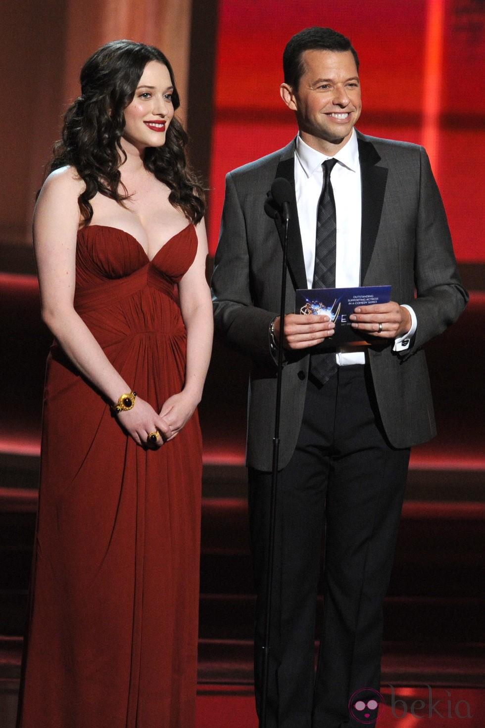 Jon Cryer y Kat Dennings en la gala los Emmy 2012