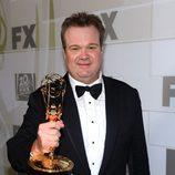 Eric Stonestreet posa con su Emmy 2012 en la fiesta celebrada por Fox